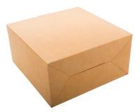 Scatola di cartone chiusa isolata su bianco. Fotografia Stock