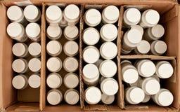 Scatola di cartone con le bottiglie all'interno fotografia stock