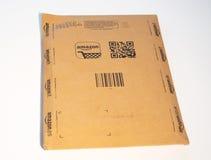 Scatola di cartone di Amazon su fondo bianco Fotografie Stock Libere da Diritti