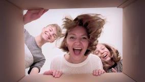 Scatola di cartone felice di apertura della famiglia archivi video
