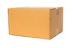 Scatola di cartone isolata su priorità bassa bianca fotografia stock