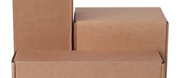 Scatola di cartone isolata su un fondo bianco immagini stock