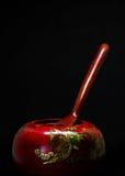 Scatola di cinese di legno il tè con il cucchiaio specifico di legno isolato nel bl Immagini Stock