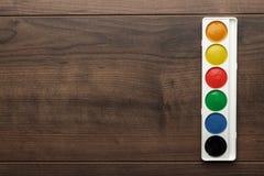Scatola di colori ad acqua sulla tavola Immagine Stock