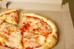 Scatola di consegna con pizza deliziosa Immagine Stock