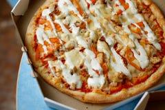 Scatola di consegna con pizza deliziosa Immagini Stock