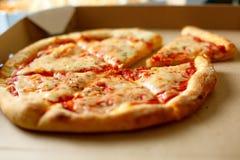 Scatola di consegna con pizza deliziosa Fotografie Stock Libere da Diritti
