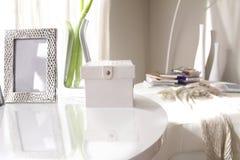 Scatola di cuoio bianca, struttura d'argento e vaso di vetro fotografia stock libera da diritti