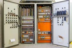Scatola di distribuzione di elettricità con i cavi, gli interruttori e il fu fotografie stock
