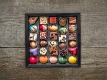 Scatola di fondenti operati del cioccolato Fotografia Stock