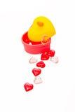 Scatola di forma del cuore con forma di plastica di cristallo rossa e rosa del cuore fotografia stock libera da diritti