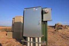 Scatola di giunzione elettrica con il gruppo di regolazione del gas e di tester nel fondo immagini stock