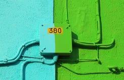 Scatola di giunzione elettrica di una casa variopinta con scritto 380 volumi Fotografia Stock Libera da Diritti