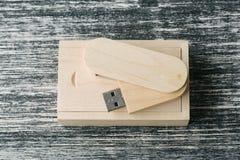 Scatola di legno con il bastone del usb Fotografie Stock Libere da Diritti