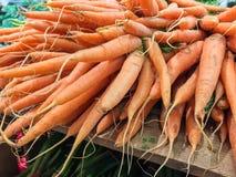 Scatola di legno con le carote fresche da vendere Fotografie Stock
