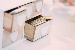 Scatola di legno decorativa d'annata bianca per i biglietti da visita Immagine Stock Libera da Diritti