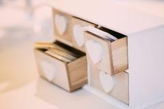 Scatola di legno decorativa d'annata bianca per i biglietti da visita Fotografia Stock