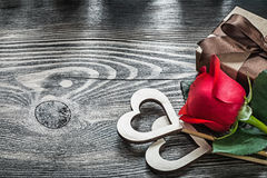 Scatola di legno del presente della rosa rossa dei cuori sulle celebrazioni del legno co del bordo Fotografia Stock Libera da Diritti