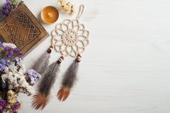 Scatola di legno e collettore di sogno beige, accesi candela Fotografia Stock