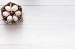 Scatola di legno sottile con le uova su fondo bianco Fotografia Stock