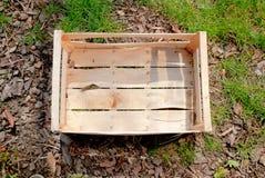 Scatola di legno vuota su terra Fotografia Stock Libera da Diritti