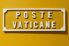 Scatola di lettera gialla del Vaticano fotografie stock libere da diritti