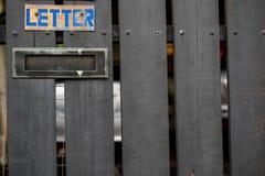 Scatola di lettera di vecchio stile nella porta principale fotografia stock