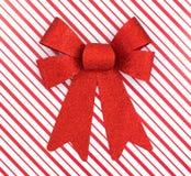 Scatola di Natale con il grande arco rosso Fotografia Stock Libera da Diritti