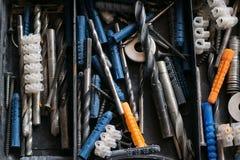 Scatola di plastica con i vari accessori e trapani della costruzione Fotografie Stock