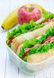 Scatola di pranzo con i panini del pane di ciabatta, mela, banana Fotografia Stock
