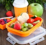 Scatola di pranzo con il panino, i biscotti, le verdure ed i frutti Fotografie Stock Libere da Diritti