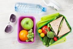 Scatola di pranzo con le verdure ed il panino Immagine Stock