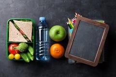Scatola di pranzo con le verdure ed il panino Fotografia Stock