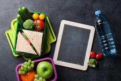 Scatola di pranzo con le verdure ed il panino Fotografie Stock Libere da Diritti