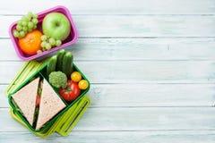 Scatola di pranzo con le verdure ed il panino Fotografia Stock Libera da Diritti
