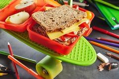 Scatola di pranzo dei bambini con il panino sano del formaggio fotografia stock libera da diritti