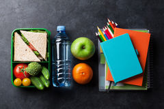 Scatola di pranzo e rifornimenti di scuola Fotografie Stock Libere da Diritti