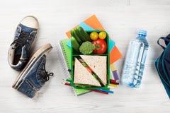 Scatola di pranzo e rifornimenti di scuola Fotografie Stock