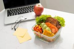 Scatola di pranzo riscaldata sul posto di bento con gli alimenti organici fotografia stock libera da diritti