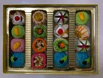 Scatola di regalo di dolci colourful, creativi, squisiti e moderni fotografie stock