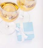 Scatola di regalo e vetri blu di champagne Fotografia Stock Libera da Diritti