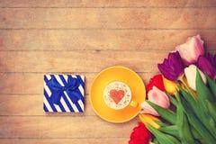 Scatola di regalo ed il cappuccino Fotografia Stock