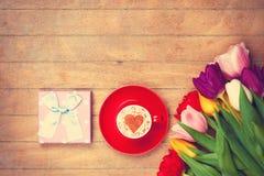 Scatola di regalo ed il cappuccino Fotografia Stock Libera da Diritti