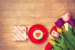 Scatola di regalo ed il cappuccino Immagini Stock