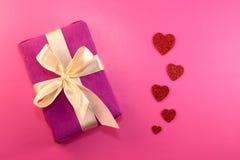 Scatola di regalo o del presente, cuore della carta e coriandoli sulla vista superiore del fondo di rosa Cartolina d'auguri di gi fotografie stock libere da diritti