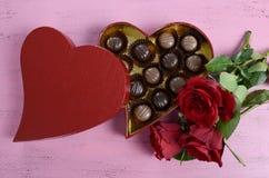 Scatola di regalo rossa di forma del cuore di giorno di biglietti di S. Valentino di cioccolato Fotografia Stock