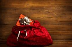 Scatola di Santa Claus Bag Full Present Gift, sacco di Natale su legno fotografia stock
