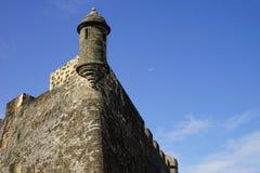 Scatola di sentinella di Castillo de San Cristobal con la luna pallida sui precedenti, Porto Rico immagini stock