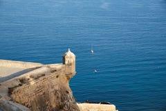 Scatola di sentinella nel castello di Santa Barbara con il mare Alicante Spagna fotografia stock