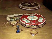 Scatola di soffio smaltata d'annata, orologi femminili e gioielli Fine in su Nostalgia annata memorie Gioielli della famiglia fotografia stock